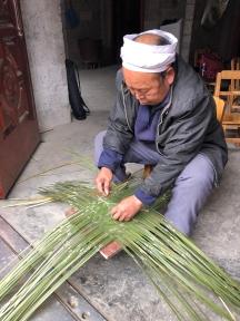 Mr. Li Guicai begins the double-woven bottom portion of his rice basket. December 14, 2017. Photograph by Jason Baird Jackson.