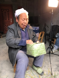 Mr. Li Guicai finishes the double-woven bottom portion of his rice basket. December 14, 2017. Photograph by Jason Baird Jackson.
