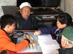 After finishing his rice basket, Mr. Li Guicai (C) gave an interview to Zhang Lijun and Kurt Dewhurst (R) and Lu Chaoming (L). December 15, 2017. Photograph by Jason Baird Jackson.